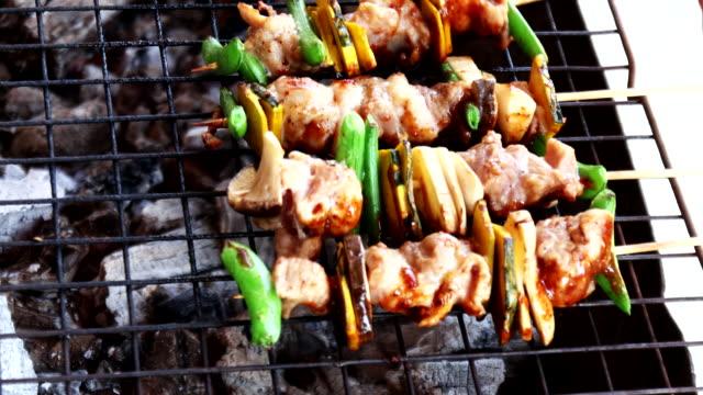 barbecue con vari tipi di carne e verdure, primo piatto. - veduta dall'alto video stock e b–roll