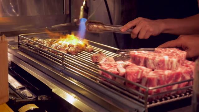 vídeos de stock e filmes b-roll de barbecue meat at night market in taipei, taiwan - feirante