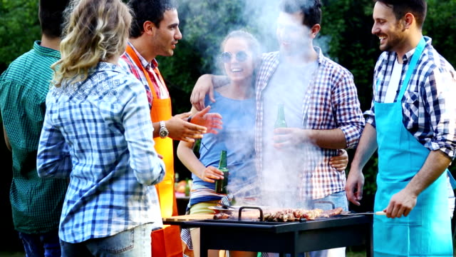 grillparty in einem hinterhof. - gegrillt stock-videos und b-roll-filmmaterial