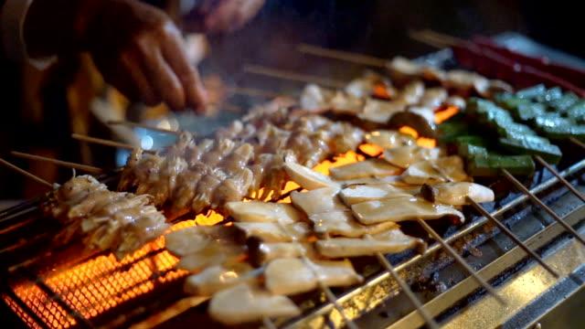 vídeos de stock, filmes e b-roll de carne de porco de churrasco grelhado no forno - crocante