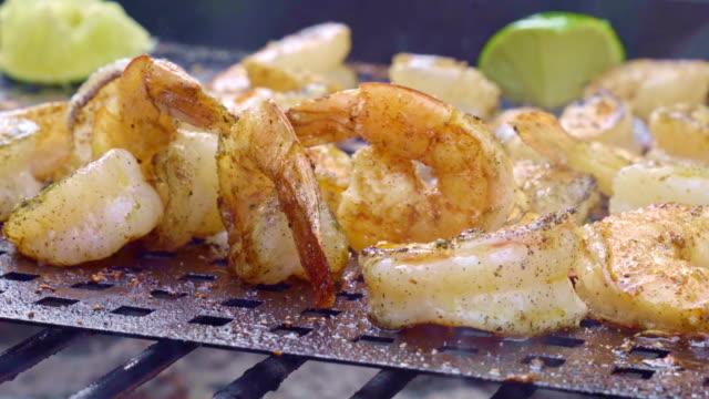 stockvideo's en b-roll-footage met garnalen van de barbecue op een houtskool grill met vlammen - garnaal gerecht