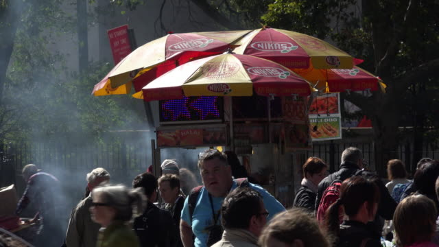 stockvideo's en b-roll-footage met barbecue street food vendor smoking - dubbeldekker bus
