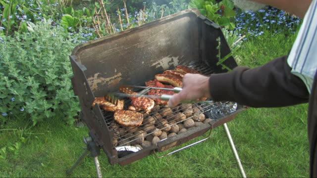 barbecue - pollo alla brace video stock e b–roll