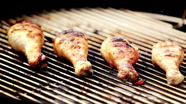 vídeos y material grabado en eventos de stock de barbacoa - muslo de pollo carne