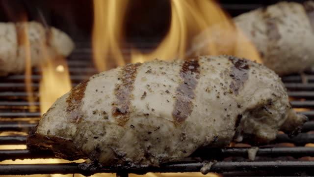 Grillade kycklingbröst på en flammande Grill