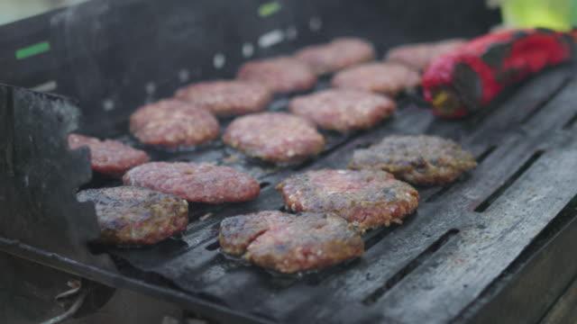 在火熱的烤架上燒烤與煙霧 - 僅一成熟男士 個影片檔及 b 捲影像