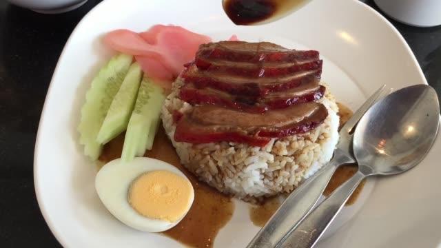 vídeos de stock, filmes e b-roll de carne de porco vermelha grelhada no molho com arroz - bbq sauce