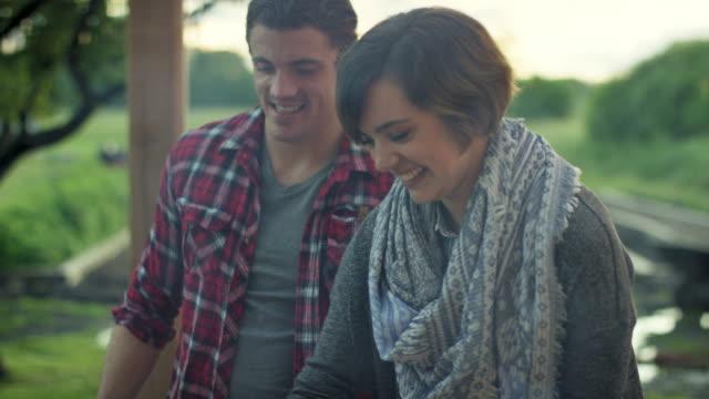 vidéos et rushes de barbecue des experts - image saisie sur le vif