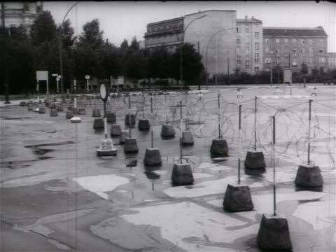 vidéos et rushes de barbed wire attached to posts / beginning of berlin wall / cold war / documentary - 1961