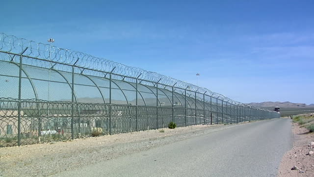 ms zi barbed wire fence at female conservation camp, jean, nevada, usa - 刑務所点の映像素材/bロール