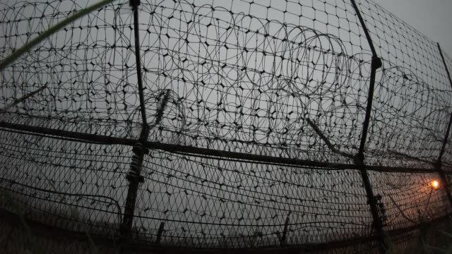 vidéos et rushes de barbed wire fence in demilitarized zone / cheorwon, gangwon-do, south korea - fil de fer