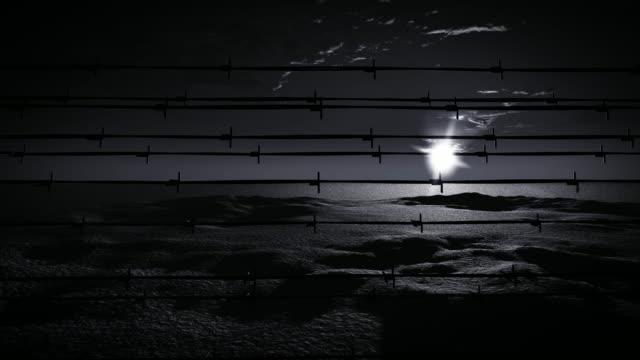 recinzione filo spinato della prigione - campo di concentramento video stock e b–roll