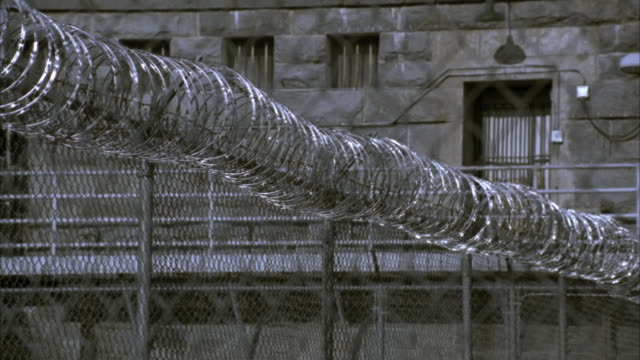 vidéos et rushes de cu barbed wire fence outside folsom state prison / folsom, california, usa - prison