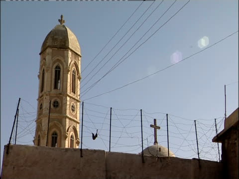 vídeos de stock e filmes b-roll de barbed wire surrounds a church in mosul, iraq. - cerca