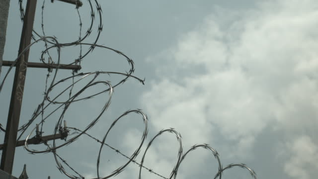 barbed wire - barbed wire stock videos & royalty-free footage