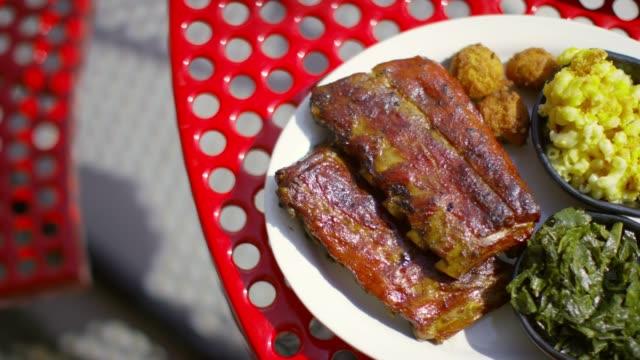 vídeos de stock e filmes b-roll de barbeque pork rib on the table in north carolina, usa - porco
