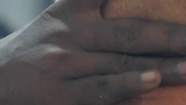 barber gives man neck massage - 人の首点の映像素材/bロール