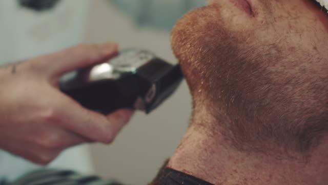 Barber shaving mans berad