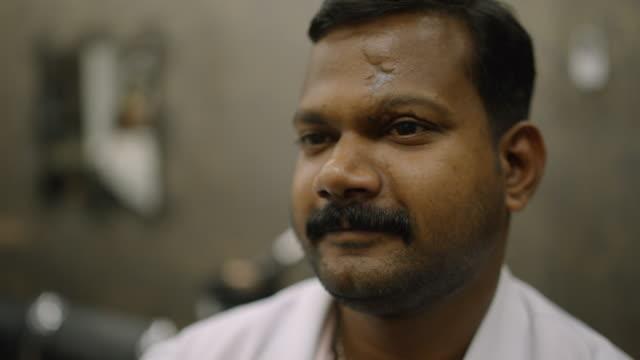 vídeos de stock e filmes b-roll de barber shop - dubai - barbear