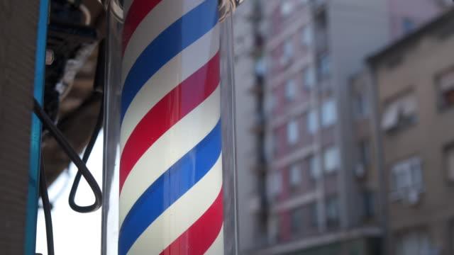 vidéos et rushes de pôle de magasin de barbier - coiffeur