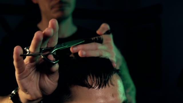 vídeos de stock, filmes e b-roll de barber shop - tesoura