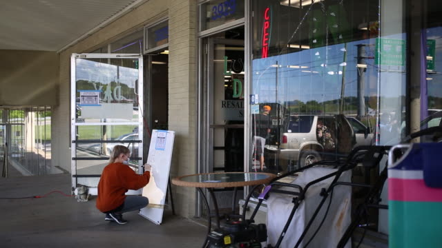 stockvideo's en b-roll-footage met barber shops gyms retail stores and dining rooms open up after knoxville's covid19 shutdown in knoxville tn us on friday may 1 2020 - heropening