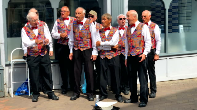 vidéos et rushes de a barbershop signing group perform on a street during the lendy cowes week regatta on august 7 2018 in cowes england the annual cowes week regatta... - cowes