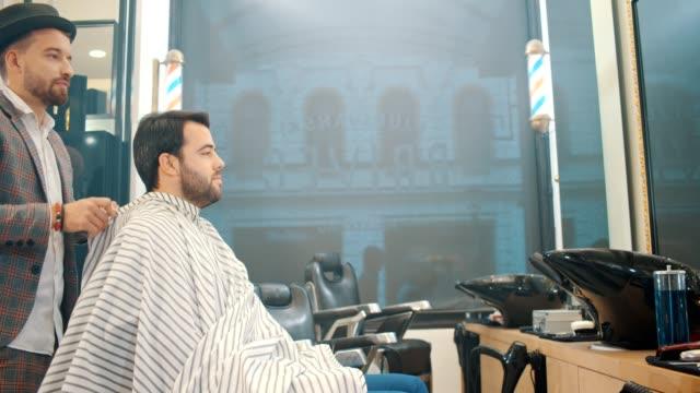 barbershop - barbier junge styling einen business-mann - geschäftsinhaber stock-videos und b-roll-filmmaterial