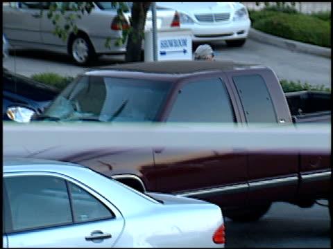 stockvideo's en b-roll-footage met barbra streisand at the barbra streisand and james brolin car shop on august 29, 1999. - barbra streisand