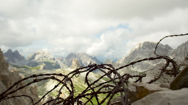 barbwire, shift focus, mountains in the background - tre cimo di lavaredo stock videos & royalty-free footage