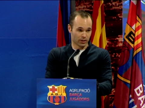 barcelona 12 mar fc barcelona midfielder andres iniesta received the 'barca players'award granted by the club veterans during the ceremony iniesta... - 12 17 mesi video stock e b–roll