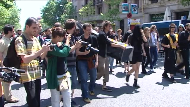 """vidéos et rushes de barcelona, 15 may .- some 500 """"indignados"""" marched to the ruling popular party headquarters in barcelona on tuesday to protest the government's... - groupe organisé"""