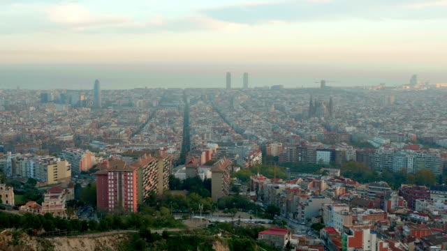 vídeos y material grabado en eventos de stock de barcelona aerial skyline at sunset with sagrada familia and agbar tower - panorama urbano
