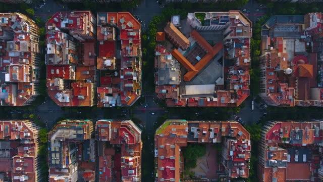 vídeos de stock e filmes b-roll de barcelona aerial view by drone - ponto de vista de avião