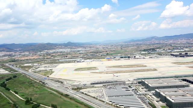 vidéos et rushes de à proximité de l'aéroport de barcelone - barcelone espagne
