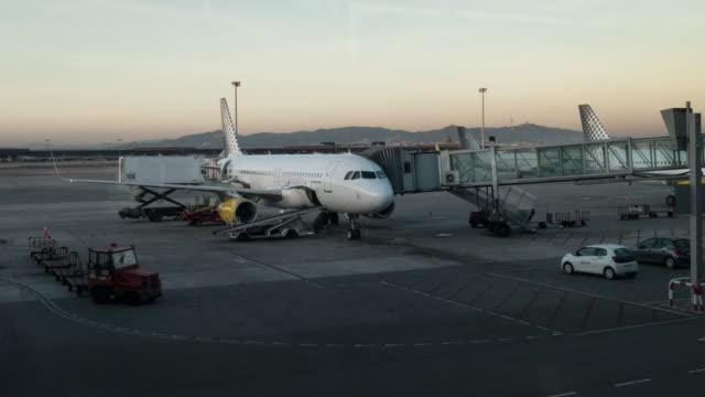 vídeos y material grabado en eventos de stock de aeropuerto de barcelona timelapse de un avión a volar - aeropuerto