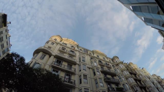 vídeos de stock e filmes b-roll de barcelona architecture in spain, europe - vista de baixo para cima