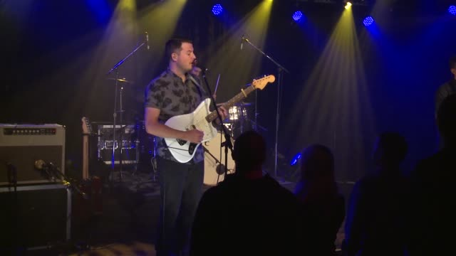 vidéos et rushes de barcelona brought their indie-rock sound to the jbtv stage with their song 'background.' - rock moderne