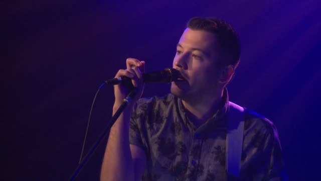 vidéos et rushes de barcelona brought their indie-rock sound to the jbtv stage with their song 'paper lion.' - rock moderne