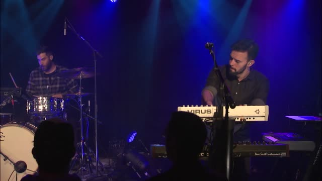 vidéos et rushes de barcelona brought their indie-rock sound to the jbtv stage with their song 'drop everything.' - rock moderne