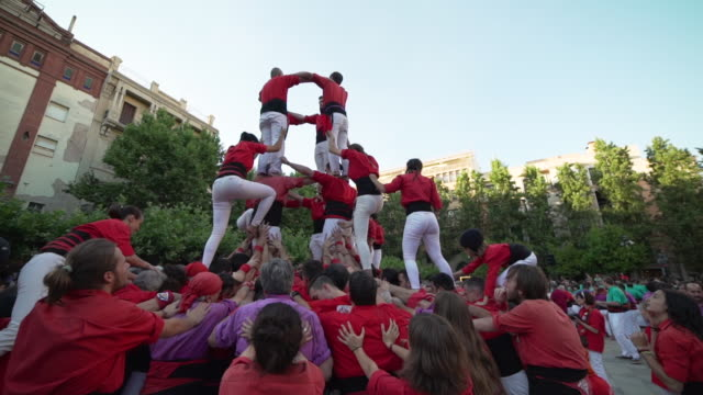 vidéos et rushes de barcelona castellers human pyramid teamwork - spain