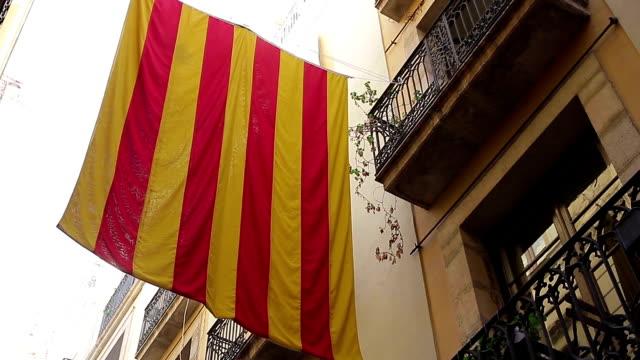 バルセロナのカタルーニャ州旗 - カタルーニャ州点の映像素材/bロール