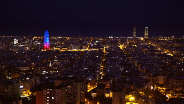 vídeos y material grabado en eventos de stock de barcelona city skyline at night from a lookout. aerial / from above / high angle point of view. we can see agbar tower by jean nouvel and mapfre / arts skyscrappers - panorama urbano