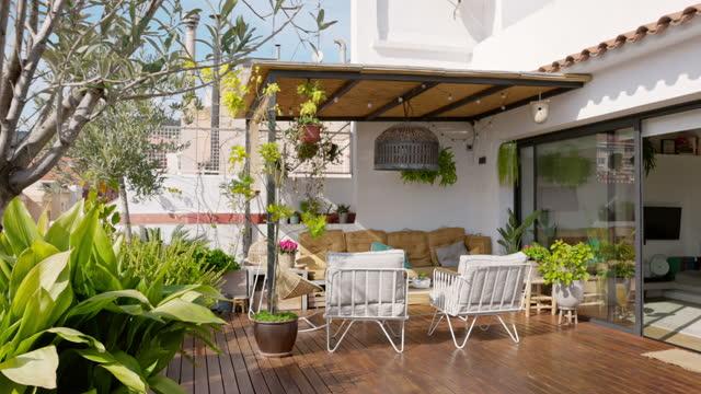 vídeos de stock, filmes e b-roll de barcelona city view e deck ao ar livre de apartamentos - pátio