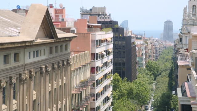 vidéos et rushes de barcelona eixample district high angle view with world trade centre on the background - barcelone espagne