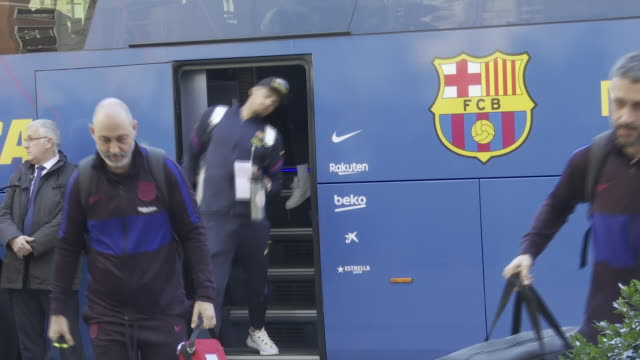 vídeos y material grabado en eventos de stock de barcelona f.c's football players arrive in bilbao to play a match against athletic club for king's cup final. - barcelona