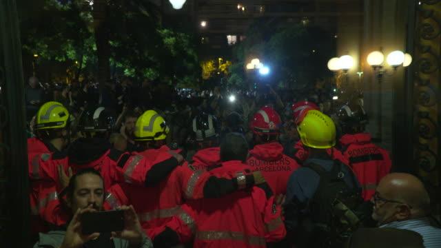 vídeos y material grabado en eventos de stock de barcelona fireman seen guarding the door to the industrial school hospital clinic referendum polling station on october 1 2017 in barcelona spain - 2017