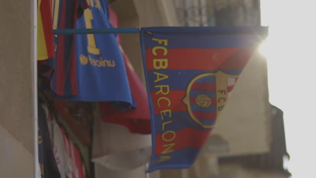 barcelona football club flag - barcelona stock-videos und b-roll-filmmaterial