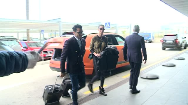 barcelona football player dani alves and his girlfriend joana sanz are seen at airport to travel to zurich to attend golden ball gala - ジョアナ・サンス点の映像素材/bロール