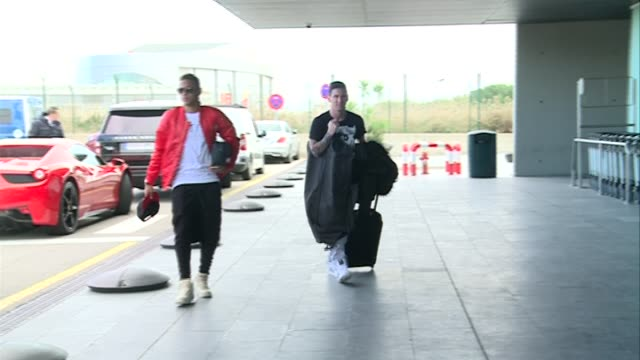 vidéos et rushes de barcelona football players neymar and leo messi are seen at airport to travel to zurich to attend golden ball gala - aéroport